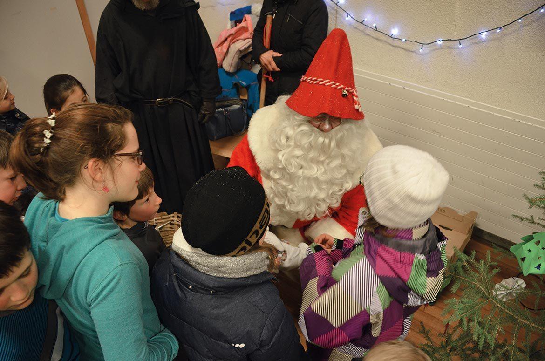 La neige accueille le Père Noël au Pont