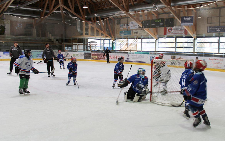Enfants, parents et  professionnels se partagent la glace du Centre sportif